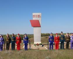 Юнармецы возлогают венки к братским могилам на хуторах Стасов и Токарев